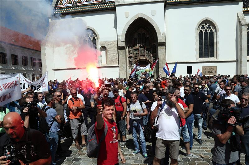 Croatia:Dock workers' protest outside gov't over, strike still on